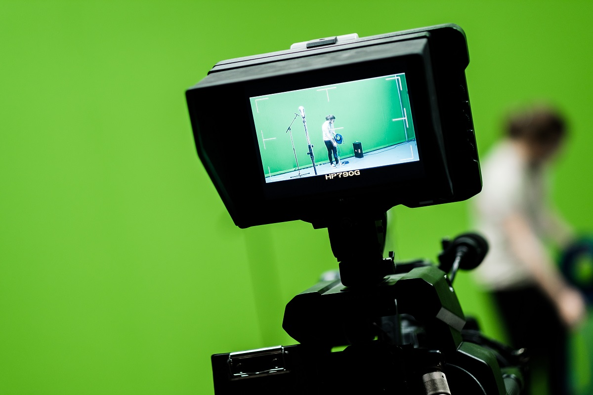 Camera in front of green screen